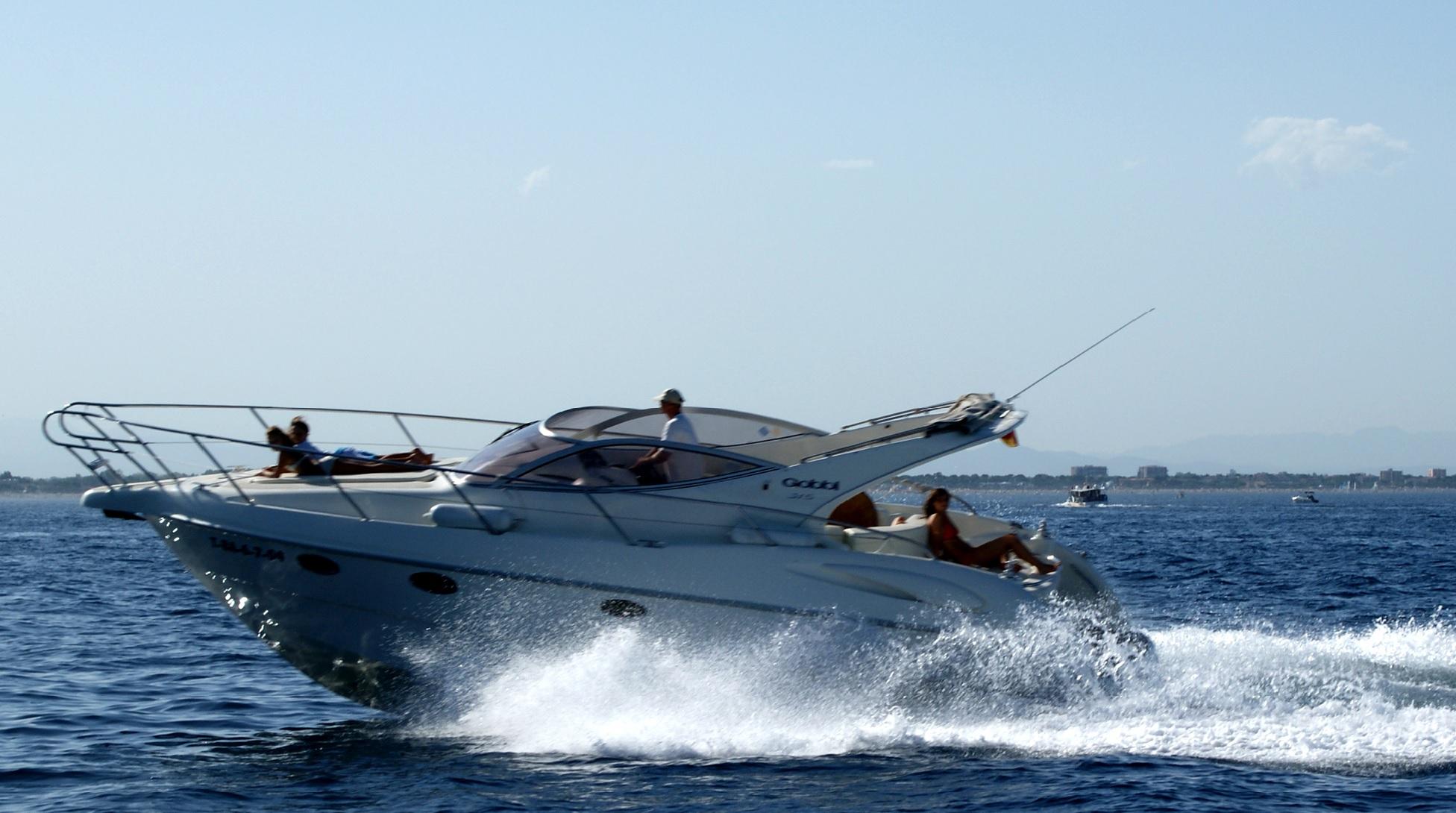 Typisches Boot das mit dem Sportbootführerschein See geführt werden darf.